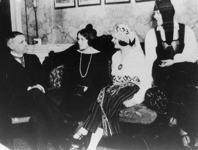 Kirjanik Aino Kallas koos abikaasa Oskari ning tütarde Laine ja Virvega Londonis. Foto: Rahvusarhiiv
