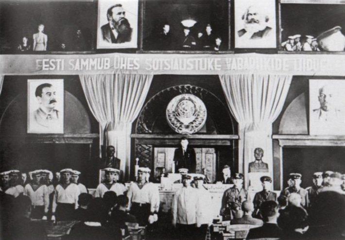 Okupatsiooni tingimustes valitud Riigivolikogu avaistung. Järgmisel päeval toimunud koosolekul võeti vastu otsus Nõukogude Liiduga ühinemise kohta Nädal Pildis, 1940. Foto: Rahvusarhiiv