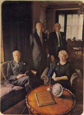 """Saatkonna personal 1966. aastal. Istuvad saadik August Torma ja ametnik Anna Taru, seisavad diplomaat Ernst Sarepera ja ametnik August Bergman. Foto ilmus 1966. aastal Briti ajakirjanduses """"fantoomsaatkondadest"""" kirjutatud artikli illustratsioonina."""