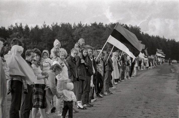 Balti riikide olukorrale rahvusvahelise tähelepanu juhtimiseks moodustati 23. augustil 1989, Molotovi-Ribbentropi pakti 50. aastapäeval inimkett Tallinnast Vilniuseni. Foto: Harald Lepikson, Rahvusarhiiv