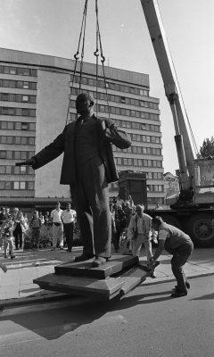 Lenini kuju kangutamine endise EKP Keskkomitee hoone ees 23.08.1991. Foto: Peeter Langovits