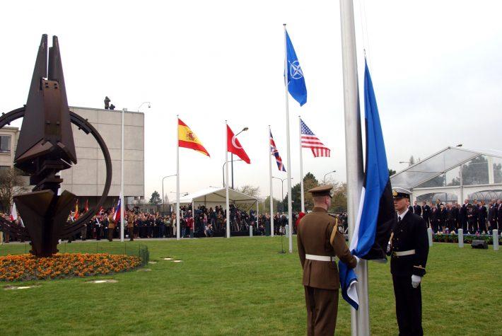 02.04.2004 Eesti lipu heiskamine NATO peakorteris Brüsselis. Foto: välisministeeriumi arhiiv