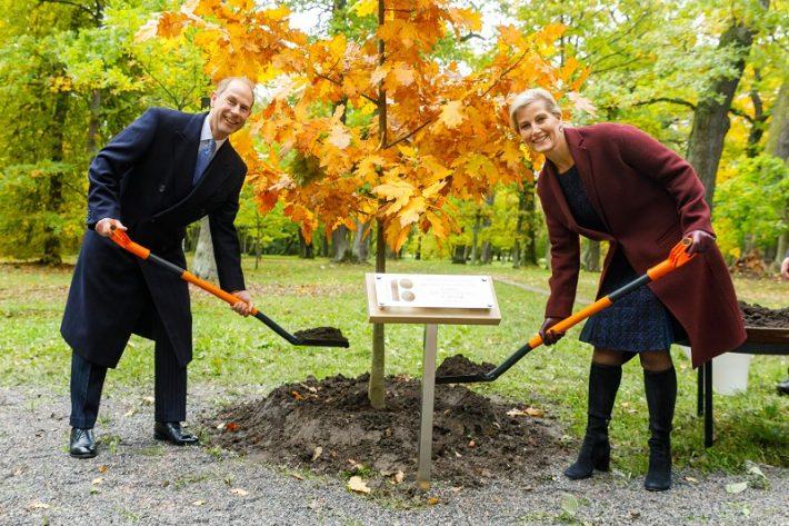 Kadriorus puud istutamas. Foto: välisministeeriumi arhiiv