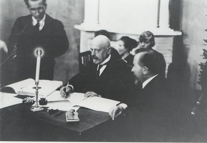 Poska allkirjastab Tartu rahulepingut. Foto: Rahvusarhiiv